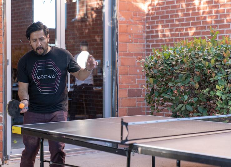 jj-play-ping-pong